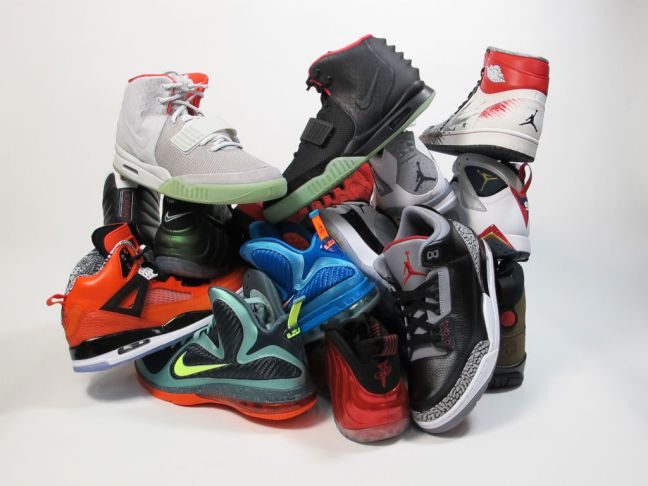 moes-sneaker-spot-atlas-mall-grand-opening-sneaker-pile-01